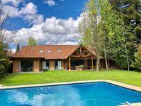 hermosa casa,5 dormitorios,4 baños, piscina,amplios espacios