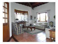 Ótima residência com muito espaço, amplo jardim e total privacidade !!!!