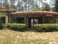 Linda Casa en Venta con Amplio Jardín en Valle de Bravo.