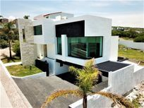Residencia en RENTA de 3 niveles con MUY AMPLIO jardín en Vista Real