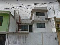 CASA  215 M2, 4 RECAMARAS, 3 BAÑOS, GARAJE, PATIO.