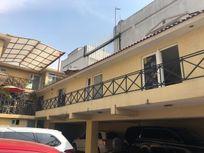 Plaza comercial sobre Av. Jinetes, terreno 455 m2, con nueve locales.