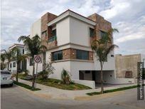 Casa 215-H con Sotano y en Esquina