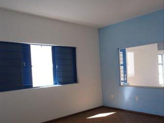 """Casa com 3 dormitórios para alugar, 180 m² por <span itemscope="""""""" itemtype=""""http://schema.org/TradeAction""""><span itemprop=""""price"""">R$ 1.800</span></span>/mês - <span itemprop=""""addressLocality"""">Centro</span> - Votorantim/SP"""