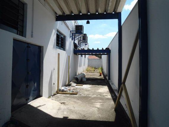 "Galpão para alugar, 500 m² por <span itemscope="""" itemtype=""http://schema.org/TradeAction""><span itemprop=""price"">R$ 8.000</span></span>/mês - Jardim Emilia - <span itemprop=""addressLocality"">Vinhedo</span>/SP"