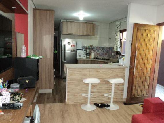 Casa com Armários Planejados na Cozinha em Bairro Tranquilo