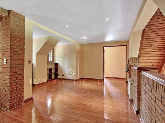 Gran casa estilo inglés, en condominio consolidado