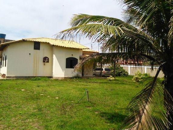"""Ótima casa em <span itemprop=""""addressLocality"""">Itaipuaçu</span>, com 2 qtos (sendo 1 suite), quadra da praia, com de  terreno 780m2 ."""