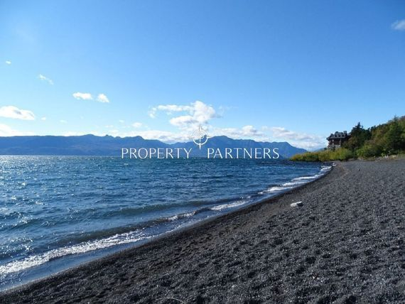 "A orillas del lago <span itemprop=""addressLocality"">Villarrica</span>."