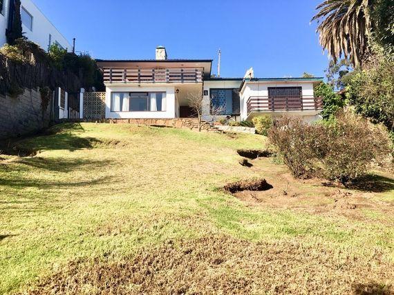 Gran casa, con amplio terreno y privilegiada vista al mar, Concón.