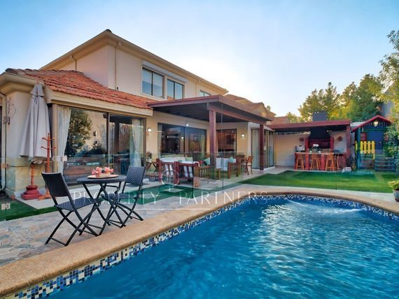 SAN CARLOS DE APOQUINDO , impecable y linda casa en sector muy tranquilo