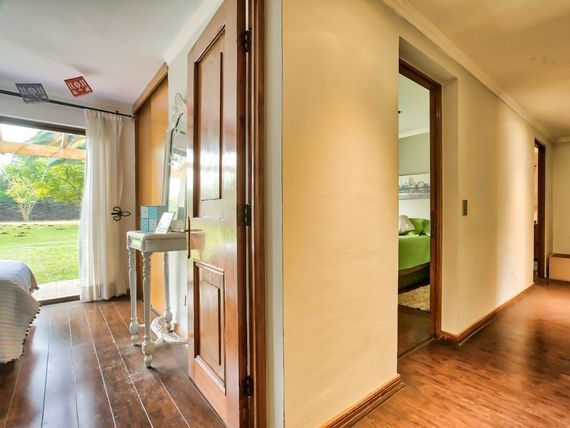 Acogedora casa de dos pisos en condominio consolidado