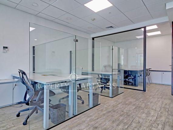 Impecable y luminosa oficina a pasos de Nueva Costanera