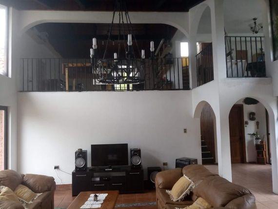 Hermosa y amplia casa en Parcela