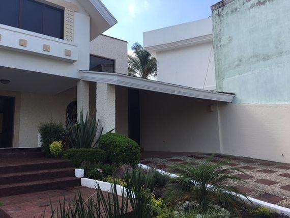 "Casa en Venta en Villas de <span itemprop=""addressLocality"">Irapuato</span> colinda con campo de golf."