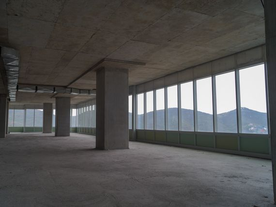 Oficinas en obra gris en torre KOI