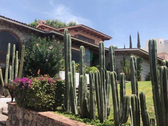 Residencia tipo colonial en venta en Colinas del Bosque