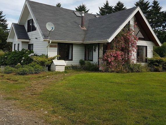 Vende linda casa con cabaña adicional