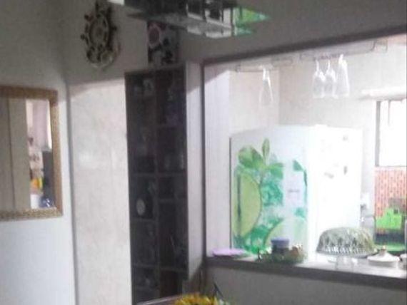 Apartamento térreo com área privativa. Próximo da praça do Caju. (A/P)