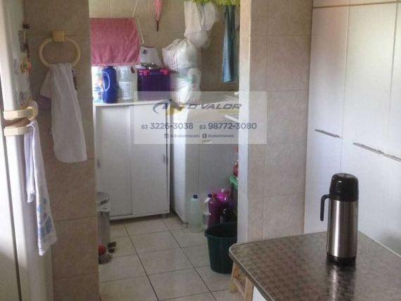 Vendo apto em excelente localização, com varanda, 3qts s/1 st, sala, wc e com 01 vaga.