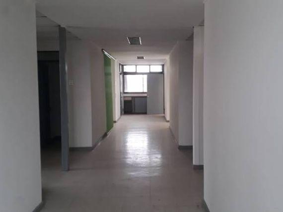 Se arriendan céntricas y amplias oficinas.