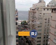 Conjugado na esquina da praia de Copacabana