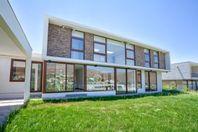 La Reserva, a estrenar moderna casa, con linda vista.