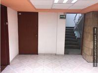 Oficina en buen estado en primer piso