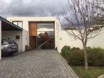 Estupenda casa Mediterránea en condominio, cercana a colegio Huinganal.
