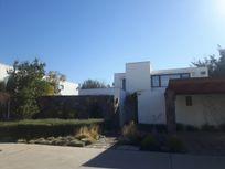 Se vende exclusiva casa en condominio cercana a colegio Monte Tabor