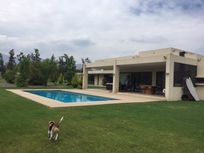 Gran Casa Mediterránea 5D/4B + serv., Sala Estar, Cond. Los Algarrobos, Chicureo