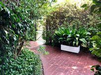En venta casa rodeada de jardines